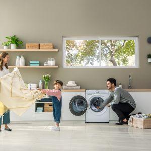 Pralka QuickDrive™ posiada duży bęben mieszczący do 10 kg prania. Konstrukcja bębna QuickDrive™ sprawia, że ubrania przemieszczają się w dwóch różnych kierunkach, z góry na dół oraz w przód i w tył. Dostępna w ofercie firmy Samsung. Fot. Samsung