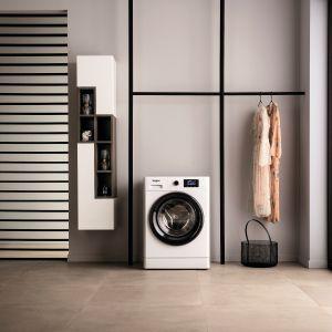 Pralka z linii FreshCare+ zachowa świeżość i przyjemny zapach wsadu nawet do 6 godzin po zakończeniu cyklu prania. Czujniki technologii 6. Zmysł określają jego wagę i na bieżąco monitoruje parametry prania, zgodnie z rodzajem tkaniny. Dostępna w ofercie firmy Whirlpool. Fot. Whirlpool