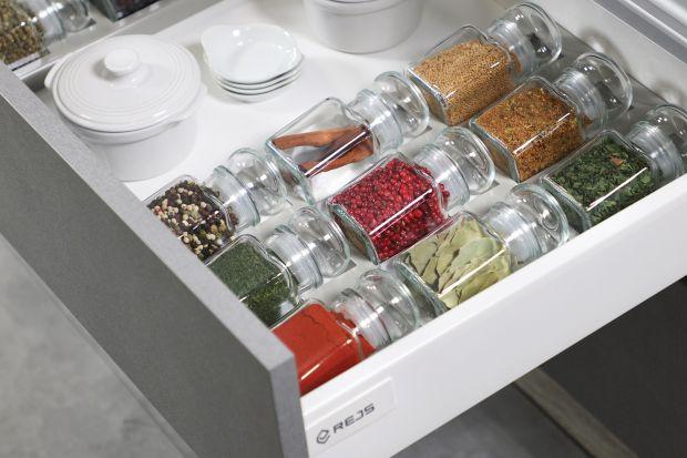 Czy istnieje sposób na ułatwienie sobie pracy w kuchni? Owszem. Możemy odpowiednio wyposażyć kuchnię w funkcjonalne sprzęty i akcesoria, dzięki którym łatwiej będzie nam zapanować nad przestrzenią i zadaniami.