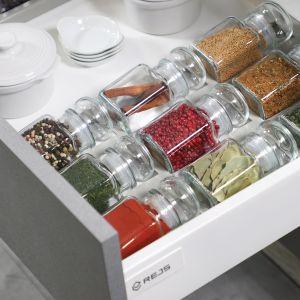 Organizacja w kuchni: 5 akcesoriów, które przydadzą się każdemu:organizacja przypraw. Fot. Rejs