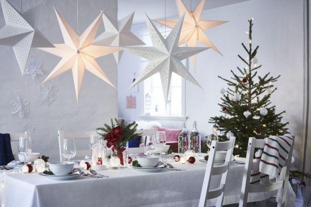 W tworzeniu takiego nastroju niezastąpione są detale taki jak świece, dekoracje świąteczne z elementami czerwieni, złota i srebra. Pierwszym elementem przygotowań świątecznych jest stół.