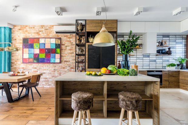 Nietuzinkowe dekoracje z różnych stron świata, namalowane przez właścicielkę barwne obrazy na ścianach zwieńczonych klimatyczną cegłą, a także dużo światła i drewna stworzyły przytulną i bardzo osobistą ostoję dla mieszkających tu domo