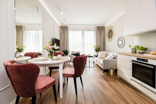 """Niewielkie, niespełna 50-metrowe mieszkanie we Wrocławiu przenosi w klimat włoskich i paryskich apartamentów z nutą glamour. Mieszka w nim młoda, elegancka kobieta – wielbicielka takiej estetyki.Wnętrze bierze udział w konkursie """"Dobrze M"""