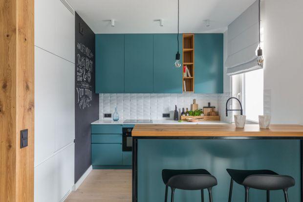 Usytuowane na warszawskim Żoliborzu Artystycznym 65-metrowe mieszkanie wypełnia skandynawska stylistyka ożywiona morskimi odcieniami zieleni. Świeże, jasne i optymistyczne – tak w kilku słowach można opisać to wnętrze. Wnętrze bierze udział w