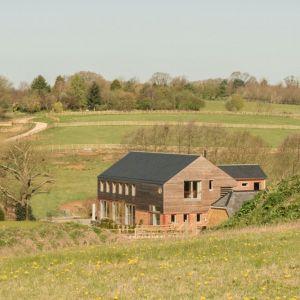 Piękne, spokojne, zielone widoki to coś czego potrzebowali właściciele Timber Frame House. Fot. a-zero