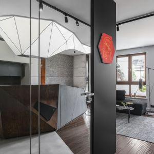 Zamocowana pod sufitem, podświetlana konstrukcja z barissolu jest wyjątkowa. Projekt: Magdalena Bielicka Maria Zrzelska-Pawlak. Fot. FotoMohito