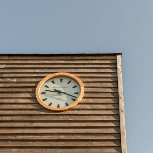 Stary zegar pasuje do charakteru domu. Fot. a-zero