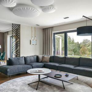 """W pomieszczeniu przy ścianie udekorowanej efektowną tapetą w żurawie i motyle (Wall&Deco """"Żurawie"""") zagospodarowano miejsce na okrągły stół i cztery krzesła. Dom na jeziorem. Projekt JT Grupa, Zdjęcia Tom Kurek"""