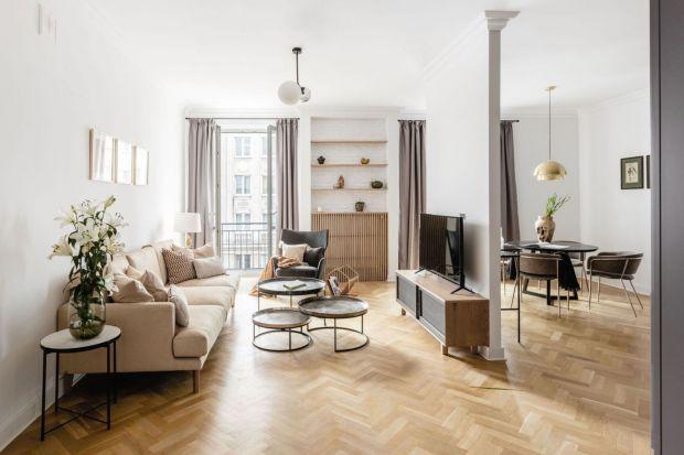 Mieszkanie należy do pary młodych ludzi kochających życie w rytmie wielkiego miasta. Pełne światła i oddechu miejsce idealnie nadawało się do stworzenia wnętrza w ulubionym stylu skandynawskim. Właściciele już widzieli tu miękkie kolory, du�