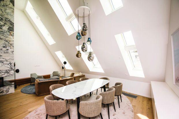 Luksusowa nieruchomość o nazwie N°10 to nowy punkt orientacyjny w historycznym sercu Wiednia. Sterowane elektrycznie okna dachowe wypełniają apartamenty na poddaszu dużą ilością naturalnego światła, stanowiąc podkreślenie efektownej architekt