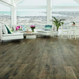 Imitujące drewno podłogi winylowe Designflooring. Fot.  Dekorian Home