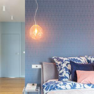 Piękna i funkcjonalna sypialnia. Projekt i zdjęcia: Decoroom