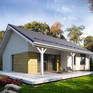 Bryła budynku zamknięta jest na rzucie prostokąta, przykrytego dwuspadowym dachem. Taka forma budynku czyni go prostym w budowie i tanim w eksploatacji. Fot. Archetyp