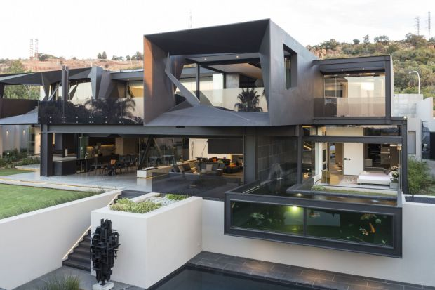 Założeniem architektów było otwarcie niemal każdego pomieszczenia na zewnątrz. Tak by możliwie w jak największym stopniu połączyć wnętrze z ogrodem. Formy ze stali, użytej do stworzenia konstrukcji domu, robią nieprzeciętne wrażenie.