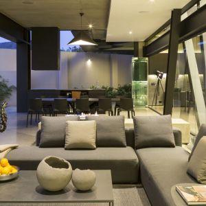 Beton, szkło i stal dominują także we wnętrzu domu. Fot. David Ross i Barend Roberts