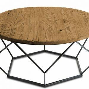 Duży oryginalny stolik kawowy z lakierowanym spodem, kolor czarnym oraz blatem z naturalnego litego drewna. Podstawę tworzy lekka, metalowa konstrukcja, układająca się w ciekawą sześcioboczną bryłę. Okrągły blat wykonano z drewna naturalnego, modrzew syberyjski. Blat jest ręcznie postarzany więc każdy odrobinę może się różnić, nie jest gładki. Do kupienie w sklepie DekoracjaDomu.pl. Fot.  DekoracjaDomu.pl