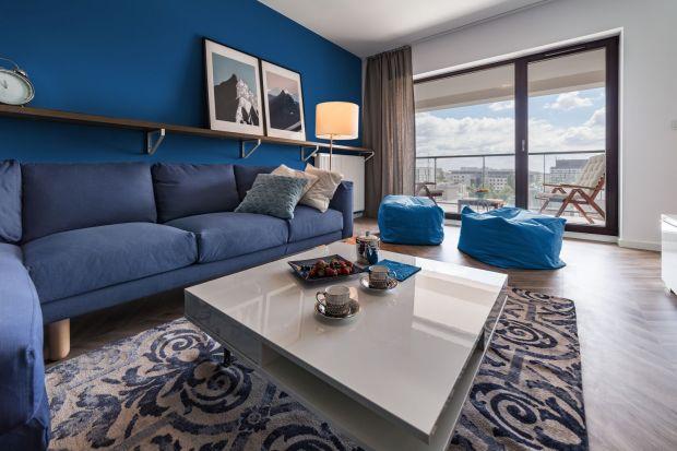 Classic Blue okazuje się być kolorem ponadczasowym. Aranżacja, w której dominuje, nigdy nie stanie się standardowa czy nudna. Zaskakuje bowiem urokiem głębi oraz szeregiem możliwości w zakresie łączenia z różnymi materiałami i odcieniami.
