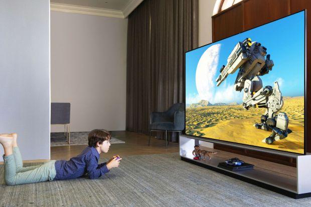 Nowe telewizoryzapewniają oszałamiającą jakość obrazu, wyróżniają się innowacyjnym wzornictwem oraz są wyposażone w funkcje oparte na sztucznej inteligencji, pozwalające na uzyskanie niespotykanego dotąd realizmu filmów, transmisji sporto