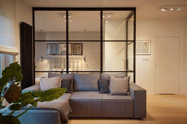Nie jest łatwo zaprojektować 45-metrowe mieszkanie tak, by było jednocześnie eleganckie, komfortowe i przestronne. Inwestorzy oczekiwali jasnej kolorystyki, naturalnych materiałów oraz sporej przestrzeni do przechowywania.