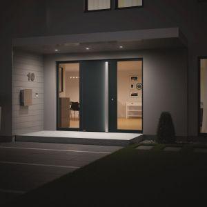 Aluminiowe drzwi zewnętrzne ThermoSafe marki Hörmann. Zastosowanie aluminiowej ramy drzwiowej o grubości 80 mm z przegrodą termiczną zapewnia bardzo dobrą izolacyjność cieplną i sprawia, że współczynnik UD wynosi nawet ok. 0,87 W/m2K. Fot. Hörmann