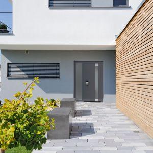 Drzwi zewnętrzne ThermoCarbon marki Hörmann są idealne do domów pasywnych. Mają aluminiową płytę grubości 100 mm z niewidocznym profilem skrzydła i wypełnieniem z pianki PU. Fot. Hörmann