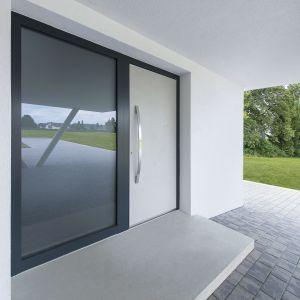 Drzwi wejściowe z przeszkleniem stanowią wizytówkę wnętrza. Zapewniają dostęp światła słonecznego do przedpokoju oraz ciekawą dekorację dla elewacji. Na zdjęciu drzwi aluminiowe AT 400 Internorm. Fot. Internorm