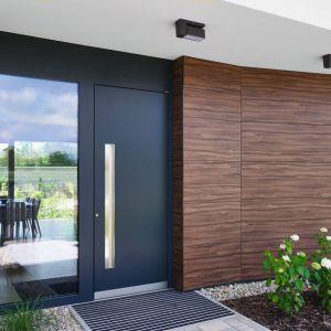 Drzwi drewniano-aluminiowe HT 410 firmy Internorm, o konstrukcji płytowej z połączenia drewna, aluminium i pianki termoizolacyjnej, z wkładkami ze sklejki, purentu i płyty fenolowej. Fot. Internorm