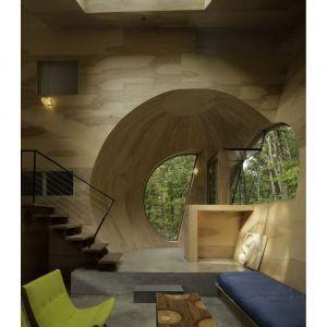 Przestrzenie wewnątrz domu zaprojektowane zostały z wykorzystaniem przecinających się sferycznych, okrągłych form, co nadaje im niepowtarzalny charakter. Fot. Paul Warchol
