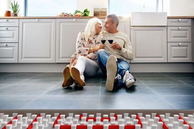 Przytulne ciepło, jakie panuje w kuchni, doceniamy szczególnie zimą. Zastosowane w niej wodne ogrzewanie podłogowe pozwoli nie tylko spotęgować ten efekt, ale też zapewni energooszczędność.
