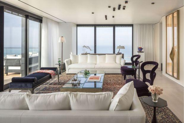 Wnętrze luksusowej rezydencji w Tel Awiwie, zlokalizowane jest w prestiżowym wieżowcu nad brzegiem morza. Z jej okien rozpościera się widok na zabytkową Starą Jaffę oraz nowoczesne drapacze chmur, górujące nad miastem. Penthouse należy do rodzi