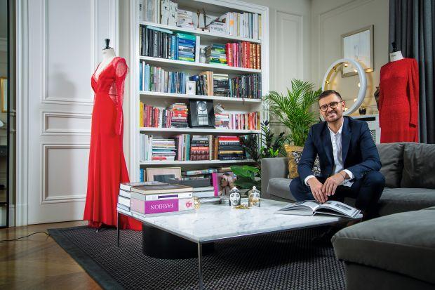 W swoich projektach łączy modę i design. Stworzone przez niego kolekcje są synonimem elegancji. Maciej Zień to jeden z najbardziej znanych i cenionych projektantów mody i wnętrz w Polsce. Nam opowiedział o swojej pracy, inspiracjach oraz najnowsze
