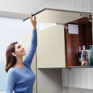 Podnośniki do klap Amix Top Stays  zapewniają wysoki komfort użytkowania szafek górnych. Fot. Amix