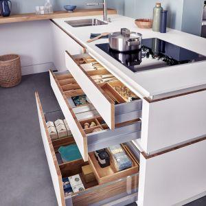 Kuchnia Solid-C | Valais | Classic-FS zapewnia poczucie przytulnego ciepła, oferując szereg praktycznych rozwiązań do przechowywania. Fot. Leicht