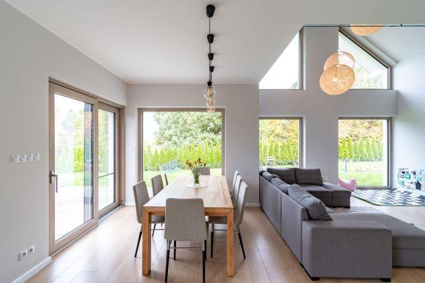 Od rodzaj szyb zależy stopień doświetlenia wnętrza, ale także – ile energii cieplnej do nich trafi. One również wpływają na to, jaką izolacyjnością cieplną i akustyczną będzie się charakteryzowało całe okno.