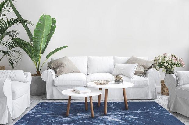 Jak wprowadzić klasyczny niebieski do naszego wnętrza? Nie musimy od razu przeprowadzać rewolucji, możemy wpleść go w mieszkaniuna zasadzie detali: fotela obitego miękkim welurem, ceramiki, dywanu, poduszek czy dekoracji.