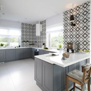 Ściany w kuchni zdobi zaprojektowana przez Macieja Zienia mozaika z kolekcji Monte Carlo firmy Tubądzin. Projekt: Ewelina Pik, Maria Biegańska. Fot. Bartosz Jarosz
