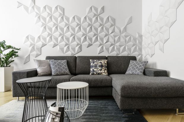 Na ścianach już dawno przestało być nudno: faktury, wzory, łączenie różnych materiałów. Wszystkie chwyty są dozwolone. Pamiętajmy jednak, aby umiejętnie zestawić ze sobą wybrane materiały i stworzyć spójne wnętrze.