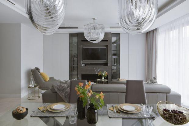 Apartament w Centrum projektowany był dla inwestorów na stałe mieszkających w Stanach, polskie wnętrze miało być przede wszystkim funkcjonalne, komfortowe i nowoczesne. Klienci nie mieli ograniczeń ani w czasie ani budżecie.