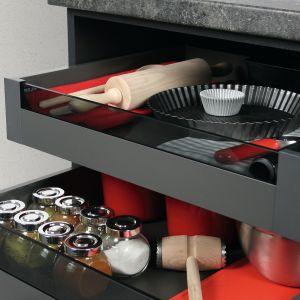 Slim Box to szuflady wewnętrzne, które można schować za jednymi dużymi drzwiczkami. Fot. Rejs