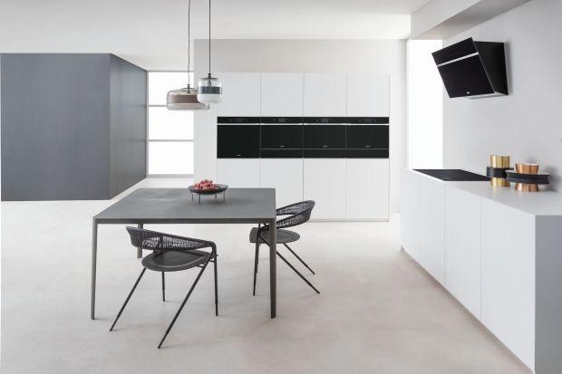 Okap jest często jednym zbardziej wyróżniających się sprzętów w kuchni, zwłaszcza dziś – w czasach, wktórych design jest równie ważny jak aspekty techniczne urządzeń. Jakie atuty powinien zawierać nowoczesny model?