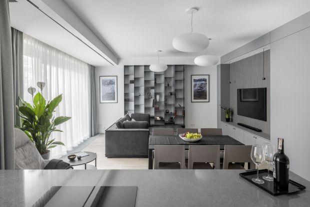 Tym, co wyróżnia 120-metrowe mieszkanie położone na warszawskich Szczęśliwicach jest niezwykła konsekwencja i spójność aranżacji. W rezultacie powstała harmonijna, uporządkowana i tchnąca spokojem przestrzeń, w której odnajdziemy wyraźne
