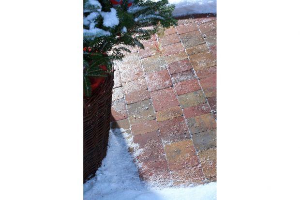 Pomimo tego, że coraz rzadziej mamy do czynienia z dużymi spadkami temperatur oraz nawalnymi opadami śniegu, nawierzchnia wykonana z kostek czy płyt betonowych jest nadal narażona na działanie niekorzystnych warunków atmosferycznych. W szczególno�