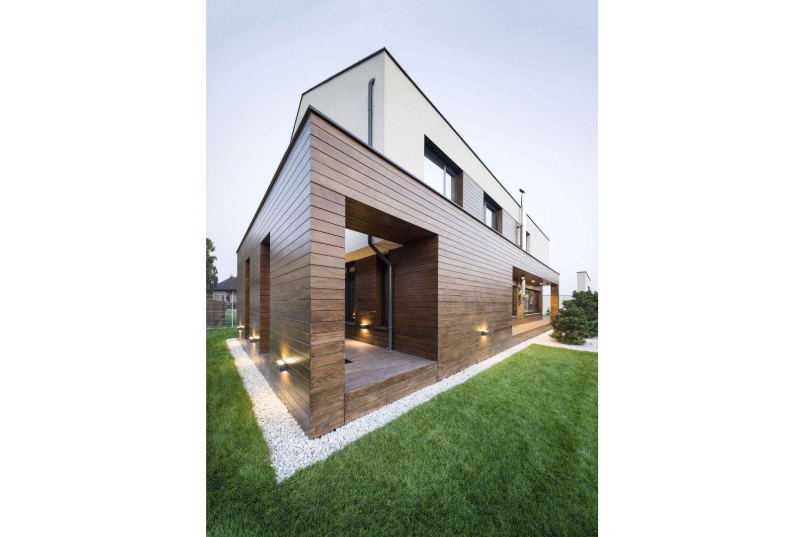 Od wielu lat, razem z betonem i szkłem, drewno stanowi jeden z charakterystycznych wizualnych elementów współczesnego budownictwa. Fot. Thermory