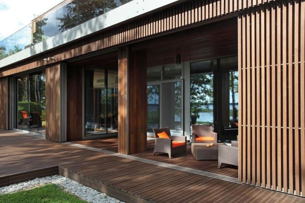 Od wielu lat, razem z betonem i szkłem, drewno stanowi jeden z charakterystycznych wizualnych elementów współczesnego budownictwa. Gdyby więc zapytać, czy drewno na elewacji jest modne?