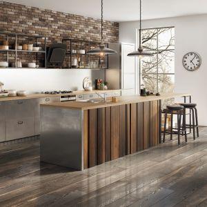 W kuchni utrzymanej w pofabrycznym stylu najlepiej sprawdzi się zlewozmywak stalowy – tu w wersji jednokomorowej, w towarzystwie baterii Fiesta. Fot. Ferro