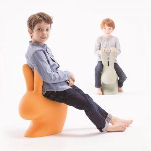 Krzesełko dziecięce Rabbit (proj. Stefano Giovannoni) ma sylwetkę królika, a uszy stają się oparciem. Fot. QeeBoo