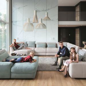 Komfortowy i elegancki system modułowy Serena wyróżniają głębokie siedziska gwarantujące wyjątkowe odprężenie całej rodzinie. Fot. Gala Collezione