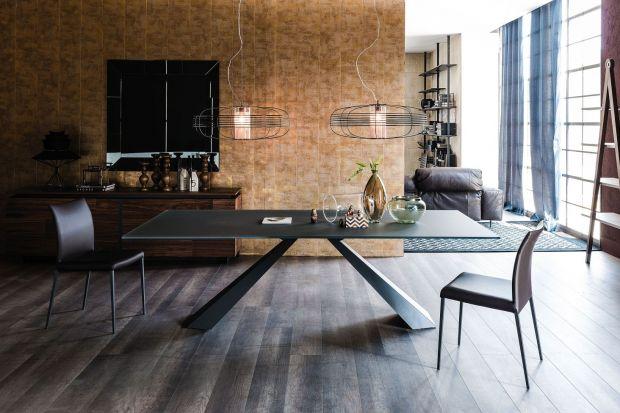 Nie tylko meble, ale również materiały na podłogi i ściany, oświetlenie czy odpowiednio dobrana zastawa stołowa zapewnią przytulny charakter domowej jadalni.