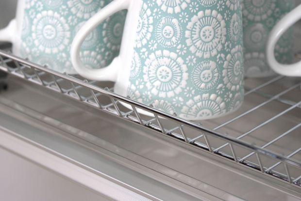 Ociekarka do naczyń to jedno z podstawowych elementów wyposażenia strefy zmywania. To gdzie ją ustawimy i jaki model wybierzemy, ma wpływ na komfort i ergonomię pracy w kuchni. Jakie rozwiązania mamy do wyboru?