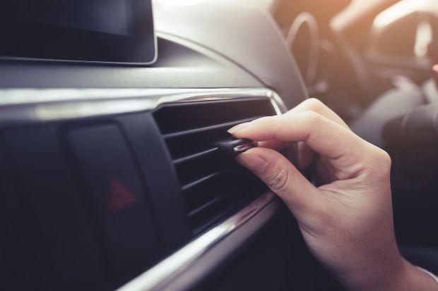 Wielu z nas nie wyobraża sobie jazdy samochodem bez używania systemu klimatyzacji. Z klimatyzacji korzysta się zwłaszcza w czasie ciepłych miesięcy, choć nie tylko – również w wilgotne jesienne i zimowe wieczory. Klimatyzacja poza zmianą tem